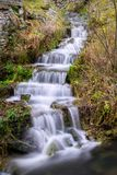 Piccola cascata in Sassonia su una collina verde immagine stock libera da diritti