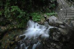 Piccola cascata scorrente liscia fredda in Taiwan Fotografia Stock