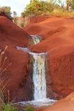 Piccola cascata su suolo rosso Fotografie Stock Libere da Diritti