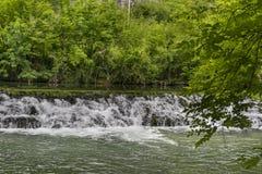 Piccola cascata su un ampio fiume, diga Fotografia Stock Libera da Diritti