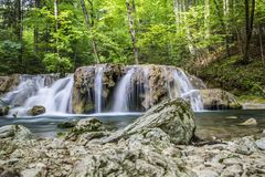 Piccola cascata sul fiume Immagine Stock
