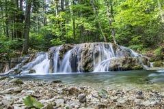 Piccola cascata sul fiume Fotografie Stock
