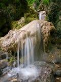 Piccola cascata sulla pietra marrone Immagini Stock