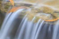 Piccola cascata in un giardino Fotografia Stock Libera da Diritti