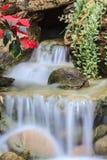Piccola cascata in un giardino Immagine Stock