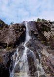 Piccola cascata veduta da sotto Fotografia Stock Libera da Diritti