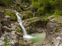 Piccola cascata vicino a Hallstatt nelle alpi austriache Immagini Stock Libere da Diritti