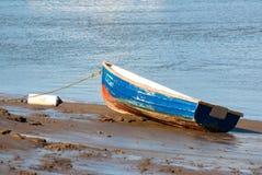 Piccola chiatta blu di pesca sulla sabbia Fotografia Stock Libera da Diritti