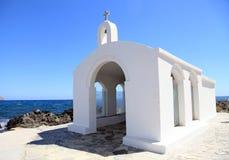 Piccola chiesa bianca in mare, Creta, Grecia Fotografia Stock Libera da Diritti