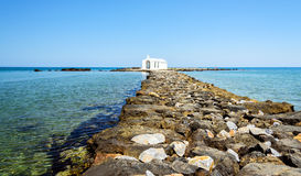 Piccola chiesa bianca in mare vicino alla città di Georgioupolis sull'isola di Creta Fotografia Stock