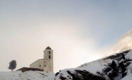 Piccola chiesa bianca nell'inverno nelle alpi svizzere Immagine Stock Libera da Diritti