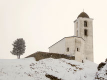 Piccola chiesa bianca nell'inverno nelle alpi svizzere Fotografia Stock Libera da Diritti