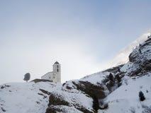 Piccola chiesa bianca nell'inverno nelle alpi svizzere Fotografie Stock