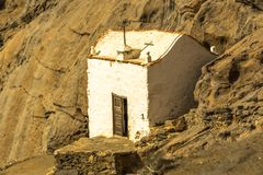 Piccola chiesa bianca nelle montagne Immagini Stock