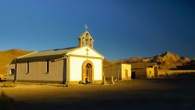 Piccola chiesa bianca in paesino di montagna boliviano fotografia stock libera da diritti