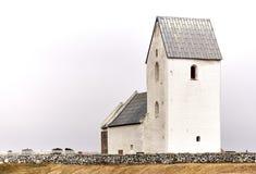 Piccola chiesa bianca piacevole in Danimarca immagini stock