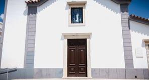 Piccola chiesa bianca tipica dell'Algarve nel Portogallo fotografie stock