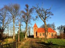 Piccola chiesa del villaggio del mattone rosso in Boleszewo Polonia fotografia stock