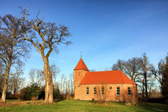 Piccola chiesa del villaggio del mattone rosso in Boleszewo Polonia Fotografia Stock Libera da Diritti