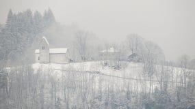 Piccola chiesa della montagna nell'inverno Immagini Stock