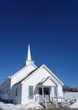 Piccola chiesa della Nuova Inghilterra del paese nell'inverno Immagini Stock