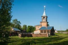 Piccola chiesa di legno a Sergeevo, Palekh, regione di Vladimir, Russia Fotografia Stock