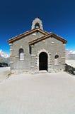 Piccola chiesa di pietra nelle montagne fotografia stock libera da diritti