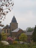 Piccola chiesa di pietra in villaggio belga in primavera Immagine Stock