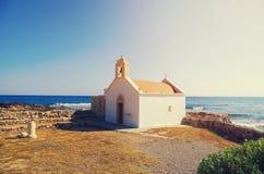 Piccola chiesa greca tradizionale sulla riva Creta, Grecia Fotografia Stock Libera da Diritti