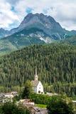 Piccola chiesa nelle alpi delle montagne Immagine Stock Libera da Diritti
