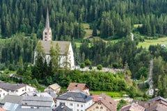 Piccola chiesa nelle alpi delle montagne Fotografie Stock