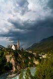 Piccola chiesa nelle alpi delle montagne Fotografia Stock