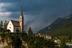 Piccola chiesa nelle alpi delle montagne Immagini Stock Libere da Diritti