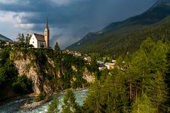Piccola chiesa nelle alpi delle montagne Immagini Stock