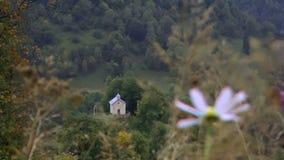 Piccola chiesa nelle montagne stock footage