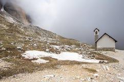 Piccola chiesa nelle piste delle montagne di Tre Cime di Lavaredo Dr immagine stock