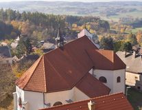 Piccola chiesa sulla roccia appena dal castello gotico di stile di zavou del ¡ di Lipnice nad SÃ, uno i più grandi castelli in re fotografia stock