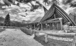 Piccola chiesa sulle alpi europee nell'ora legale Immagine Stock