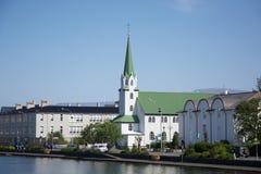 Piccola chiesa vicino allo stagno nel centro di Reykjavik, Islanda Fotografie Stock Libere da Diritti