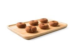 Piccola ciambella del cioccolato sul piatto di legno immagine stock libera da diritti