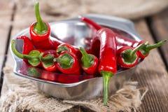 Piccola ciotola con i peperoncini rossi rossi Immagini Stock