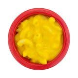 Piccola ciotola di mackintosh e di formaggio su un fondo bianco Fotografia Stock