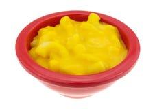 Piccola ciotola di mackintosh e di formaggio su un fondo bianco Immagine Stock