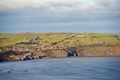 Piccola città costiera sui clifftops Immagine Stock