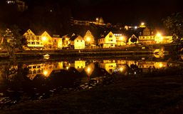 Piccola città illuminata alla notte immagine stock