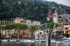 Piccola città italiana alla polizia del lago Immagini Stock