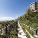 Piccola città sopra una collina in Italia Immagine Stock
