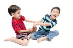 Piccola compressa felice di uso del ragazzo del fratello germano su fondo bianco Fotografie Stock