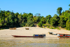 Piccola comunità rurale della riva del fiume fotografia stock libera da diritti