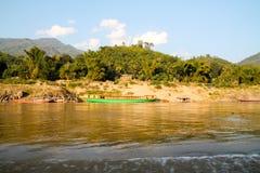 Piccola comunità rurale della riva del fiume fotografie stock